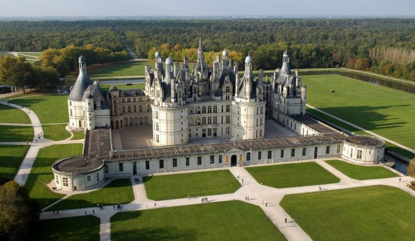 chateau-de-chambord-top-most-popular-beautiful-royal-palaces-in-the-world-2018