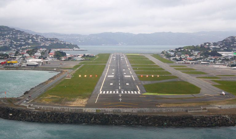 extreme-landing-at-wellington-international-airport-in-new-zealand
