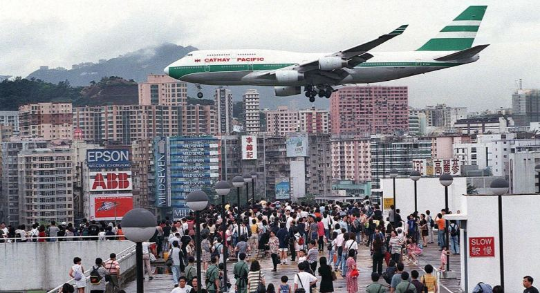 scary-kai-tak-airport-landing-top-famous-dangerous-airport-landings-in-the-world-2019